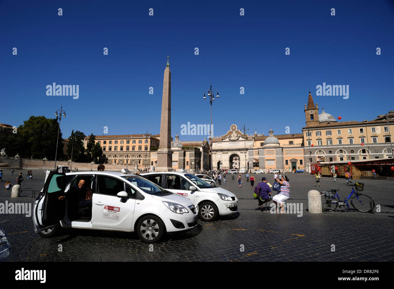 L'Italie, Rome, la Piazza del popolo, taxi Photo Stock