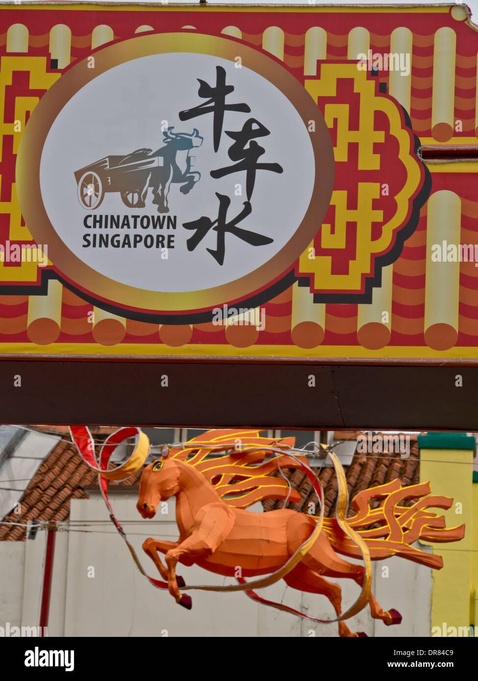 Le Nouvel An chinois et ornements des bannières pour l'année du cheval dans Chinatown, Singapour Photo Stock