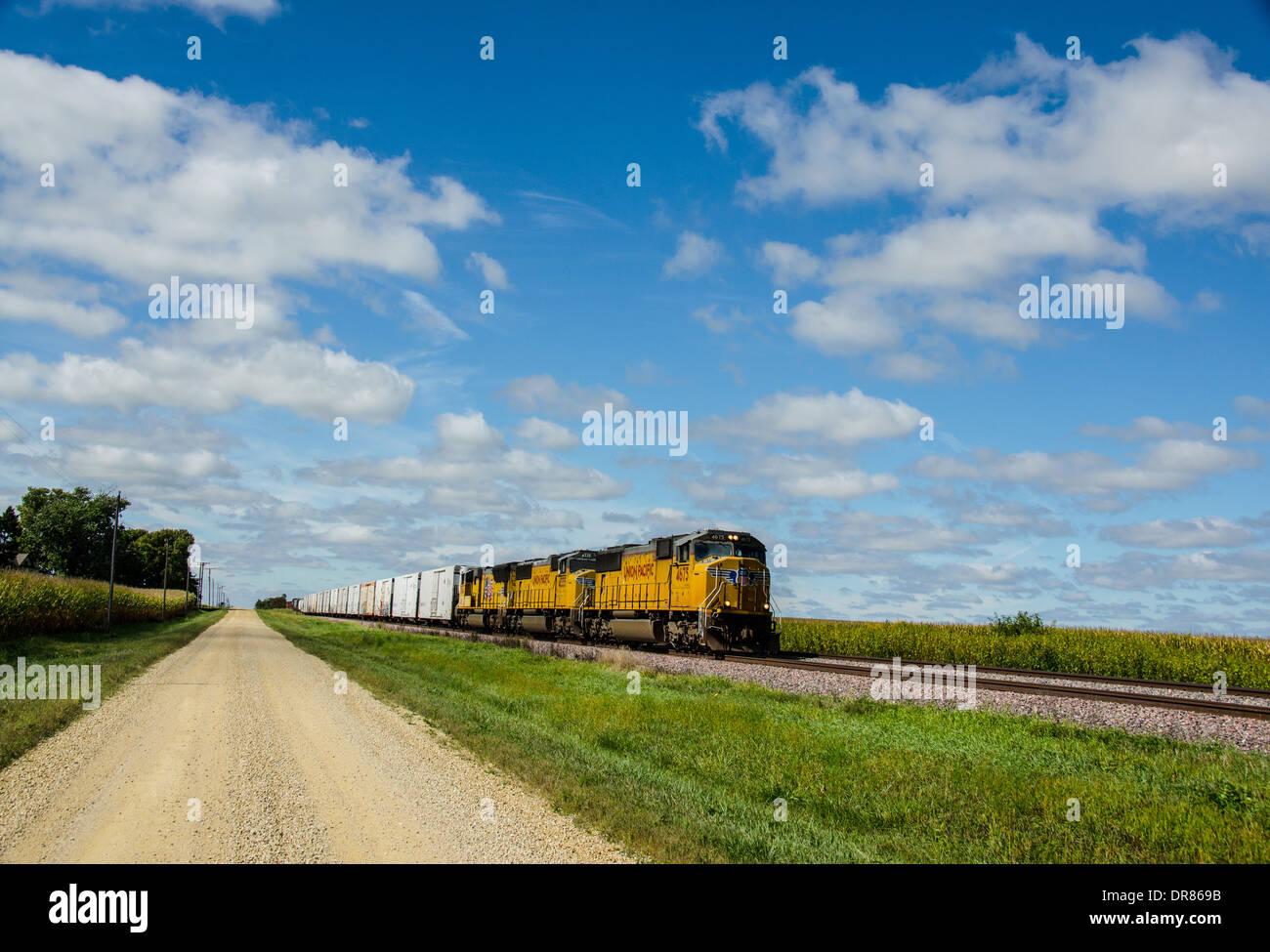 Lincoln Highway route de gravier le long de la voie ferrée où l'Union Pacific train est en marche près de Ashton, Illinois Photo Stock