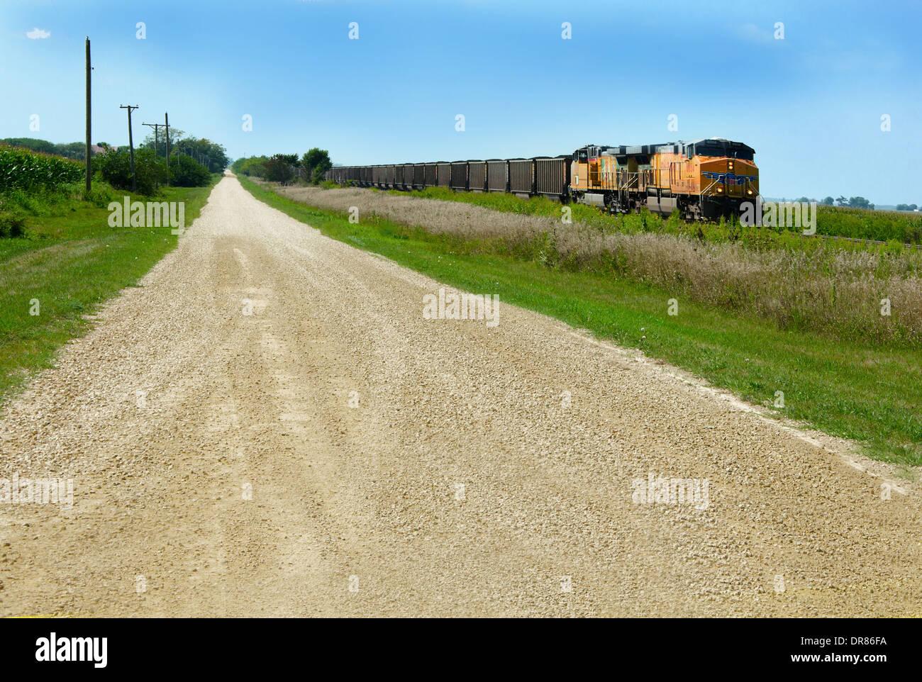 Lincoln Highway route de gravier le long de la voie ferrée où l'Union Pacific train est en marche près de Ashton, Banque D'Images