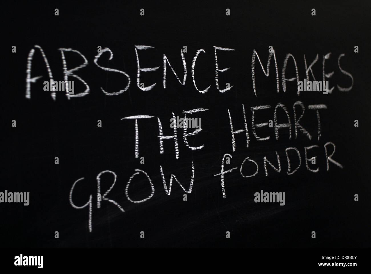 L'écriture à la craie - absence fait le coeur grandir fonder. - Mots écrits sur tableau noir. Photo Stock