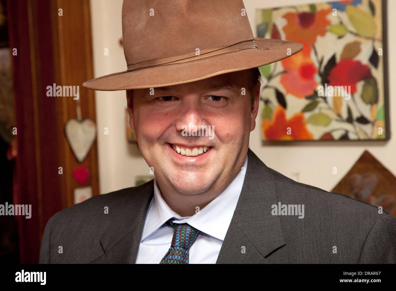 Dapper, jeune homme heureux dans son nouveau fedora hat l