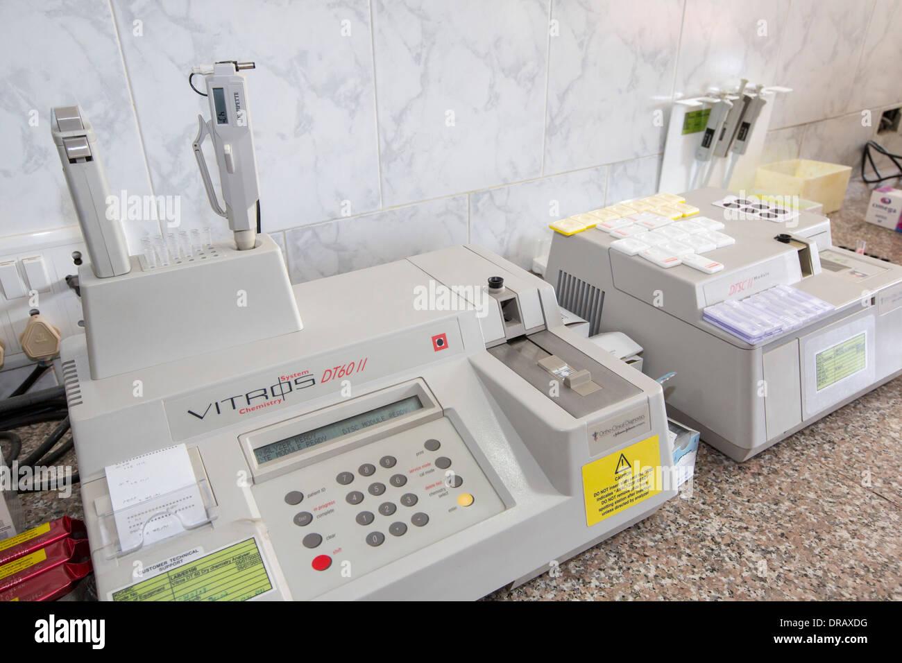 Machine pour l'analyse des électrolytes, enzymes, lipides plein adulte, et provenant des tests dans un des laboratoires dans le cancer spécialiste Photo Stock