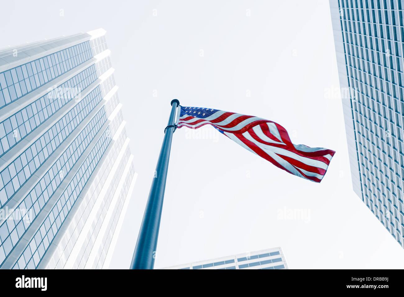 Vue du drapeau américain sur fond bleu bâtiment Photo Stock