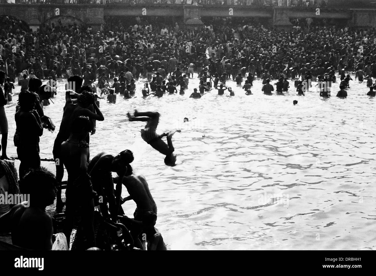 Boy diving summersault, Makar Sankranti, la rivière Hoogly, Kolkata, Bengale occidental, Inde, 1977 Photo Stock
