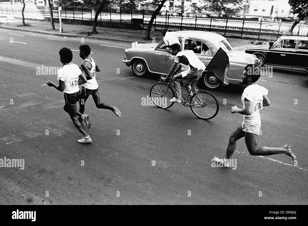 Les coureurs de marathon, Mumbai, Maharashtra, Inde, 1984 Photo Stock