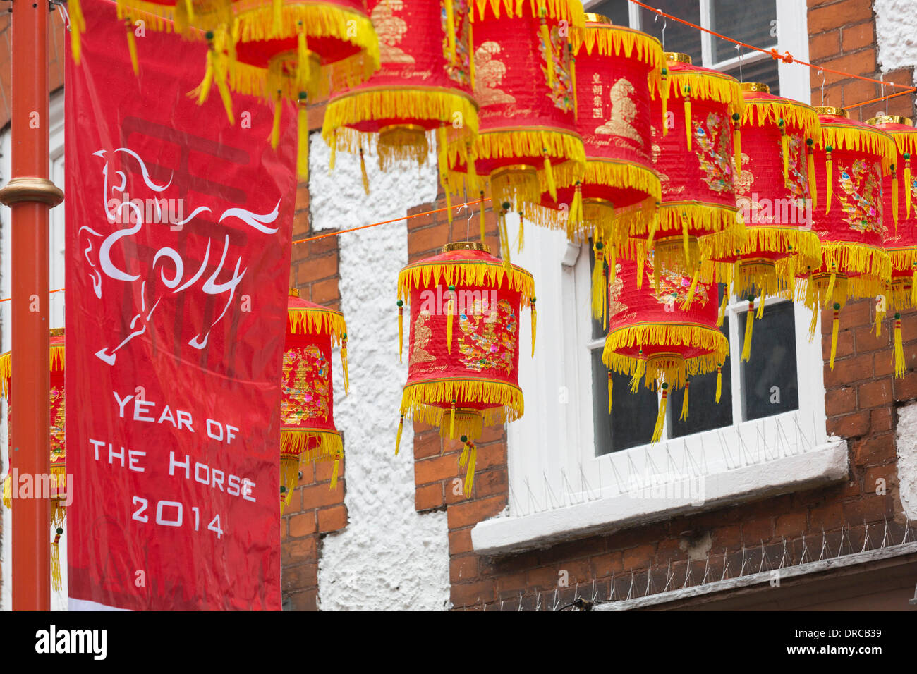 Londres, Royaume-Uni. 23 janvier 2014. Sur la photo: lanternes dans Gerrard Street. Avec le Nouvel An chinois célébré le 31 janvier 2014, les décorations sont en hausse partout dans le quartier chinois de Londres. Londres célèbre l 'année du cheval' avec un défilé et festivités dans et autour de Leicester Square et Trafalgar Square et Chinatown, le dimanche 2 février 2014. Credit: Nick Savage/Alamy Live News Photo Stock
