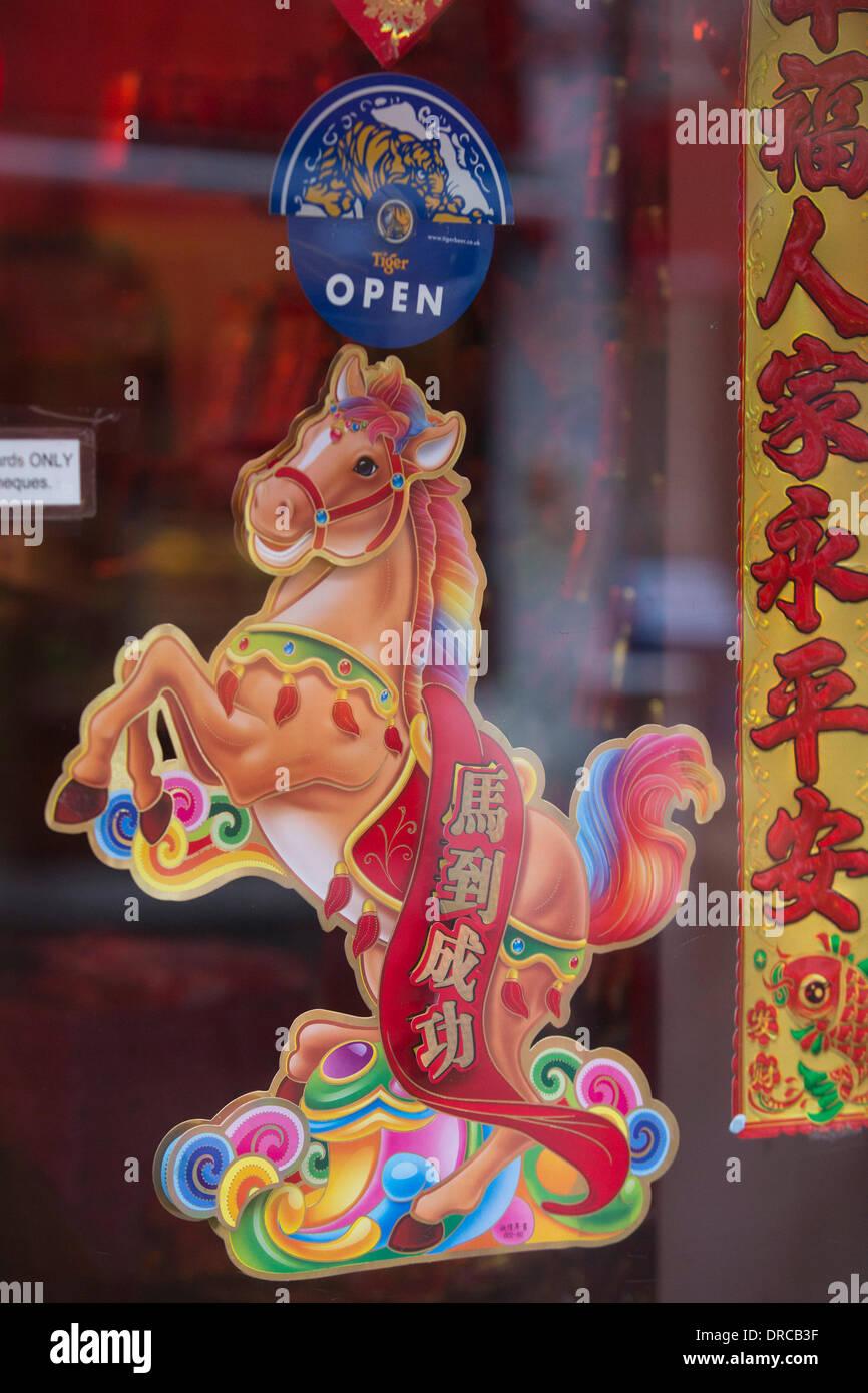 Londres, Royaume-Uni. 23 janvier 2014. Avec le Nouvel An chinois célébré le 31 janvier 2014, les décorations sont en hausse partout dans le quartier chinois de Londres. Londres célèbre l 'année du cheval' avec un défilé et festivités dans et autour de Leicester Square et Trafalgar Square et Chinatown, le dimanche 2 février 2014. Credit: Nick Savage/Alamy Live News Photo Stock