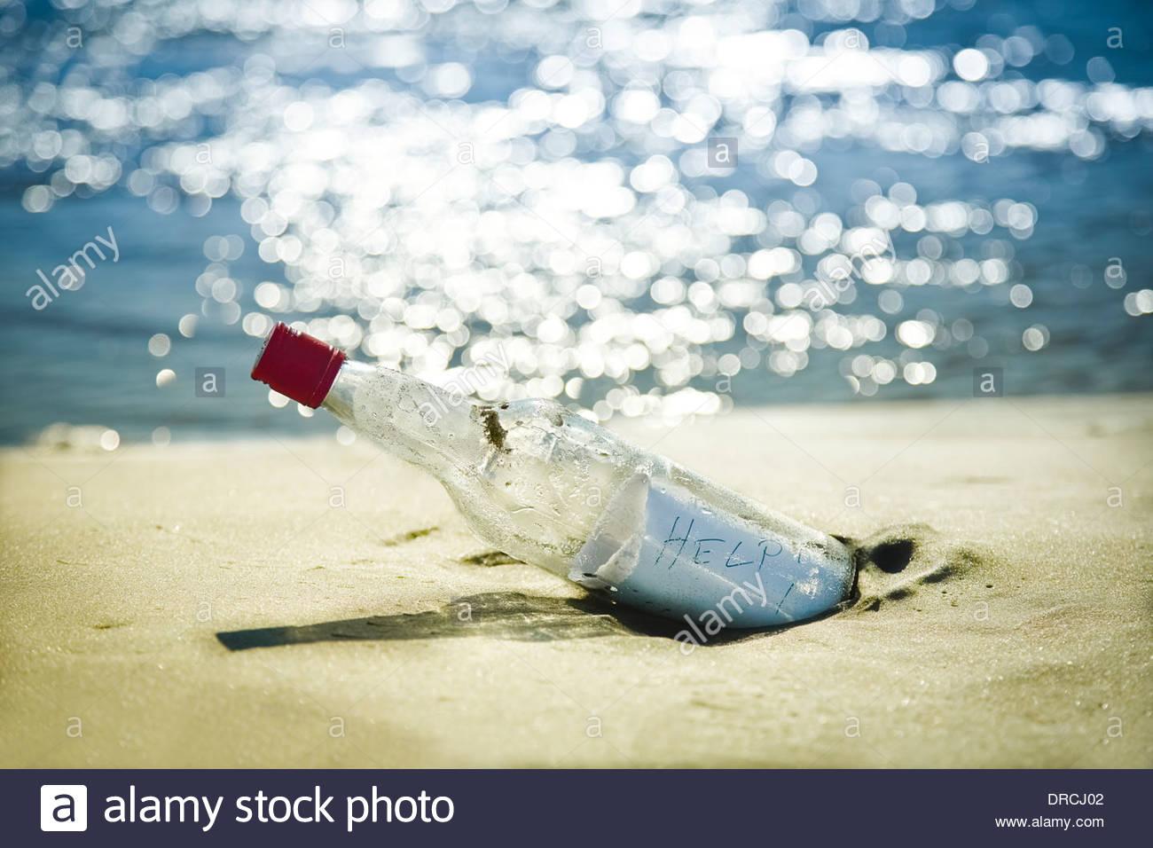 Message en bouteille sur la plage Photo Stock