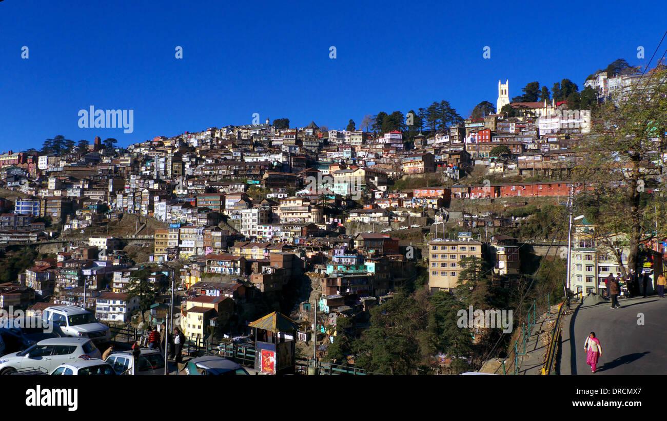 Vieux Shimla à partir de la section inférieure de la Mall, avec l'Église du Christ et les arbres de la crête visible, l'Himachal Pradesh, Inde du Nord Photo Stock