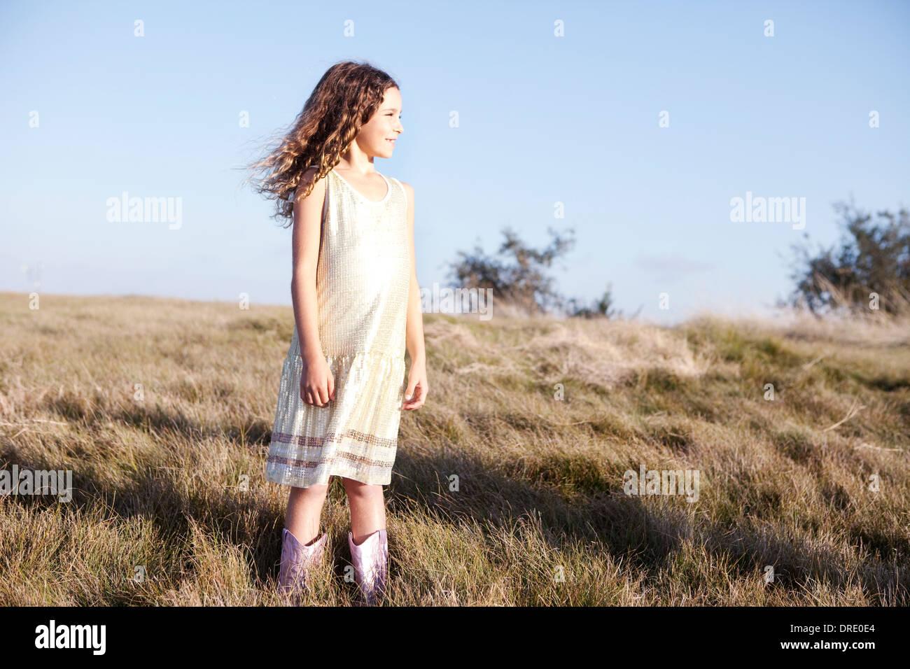 Jeune fille en robe sur hillside Photo Stock