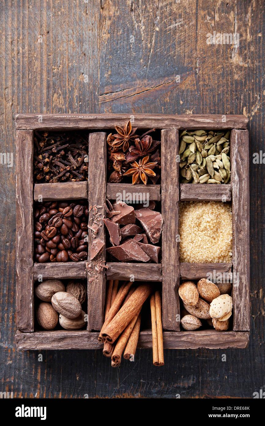 Assortiment d'épices et les grains de café dans un coffret en bois Photo Stock