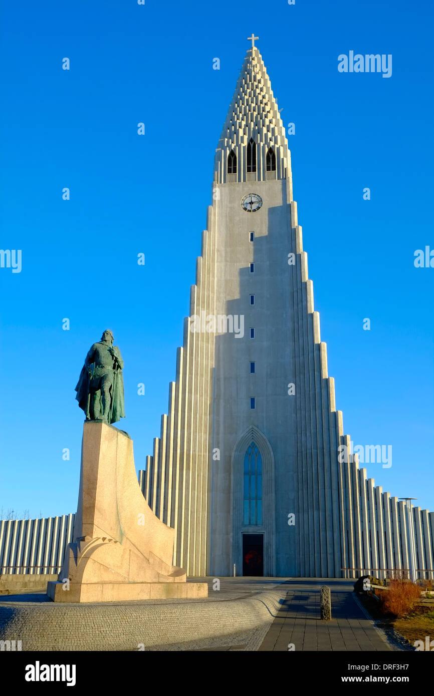L'Islande Reykjavik statue de Leifur Eriksson et de l'église Hallgrimskirkja Photo Stock