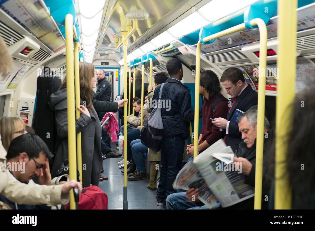 Les navetteurs sur le métro de Londres, Londres Photo Stock