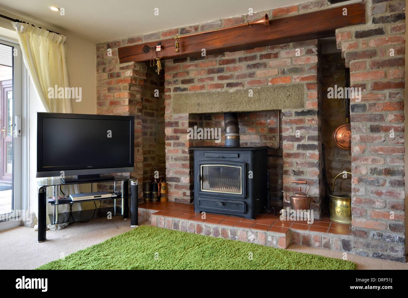 chemin e en brique avec po le bois et t l viseur cran. Black Bedroom Furniture Sets. Home Design Ideas