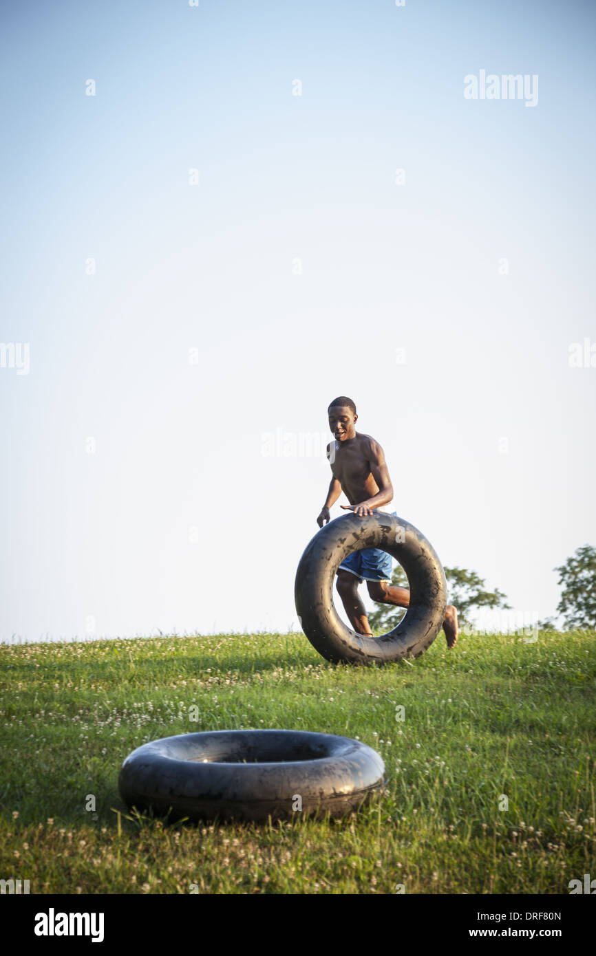 Maryland USA teenage boy running natation roulement pneu noir de flottement Photo Stock