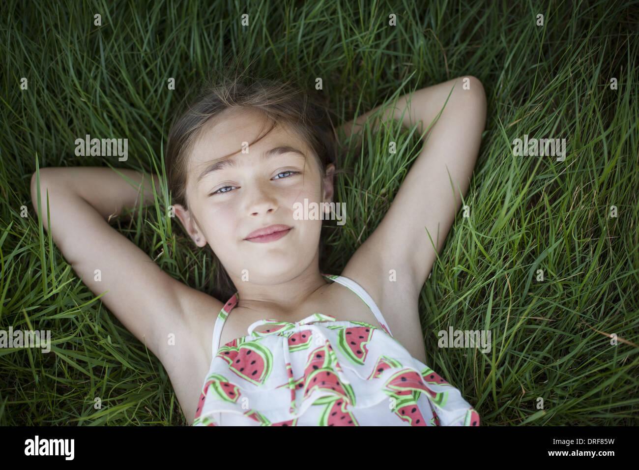 L'état de New York USA enfant sur journée ensoleillée à côté des panneaux solaires USA Photo Stock