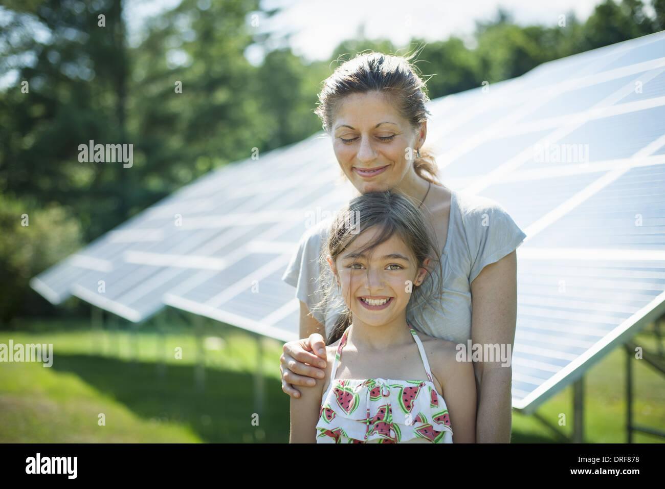 L'état de New York USA enfant mère à côté des panneaux solaires farm USA Photo Stock