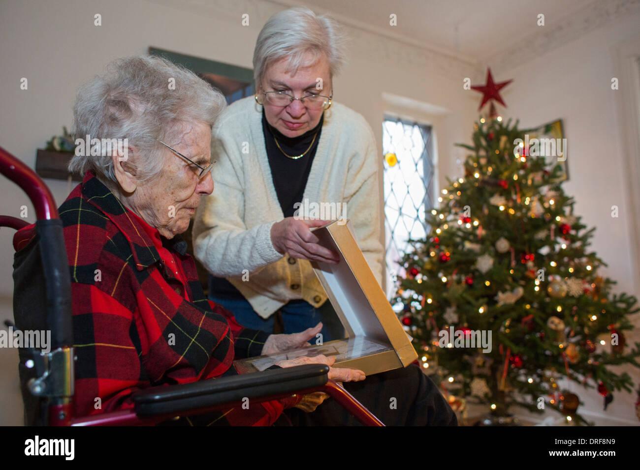 Detroit, Michigan - Dorothy Newell, 99, ouvre un cadeau de Noël avec l'aide de sa fille, Susan Newell, 65 ans. Photo Stock