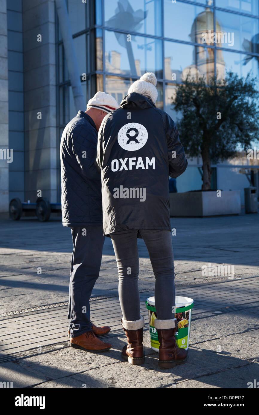Le centre-ville de Manchester, la sollicitation des travailleurs bénévoles d'Oxfam à l'inscription des gens généreux pour faire un don par prélèvement automatique. Au Royaume-Uni, en Europe, de l'UNION EUROPÉENNE Photo Stock