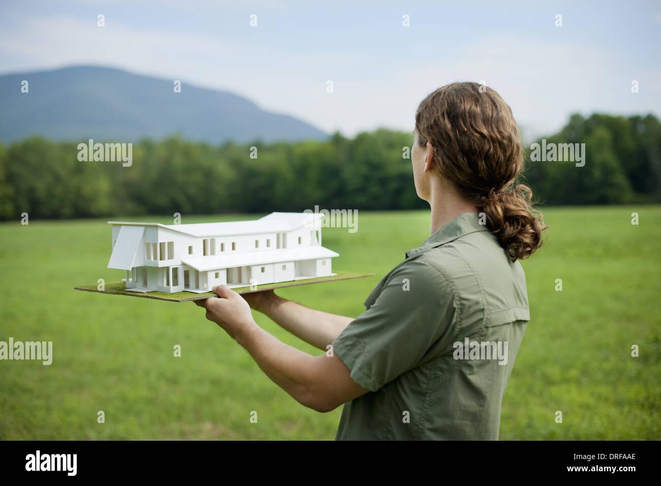 L'état de New York USA personne rural holding modèle réduit de nouveau bâtiment Photo Stock