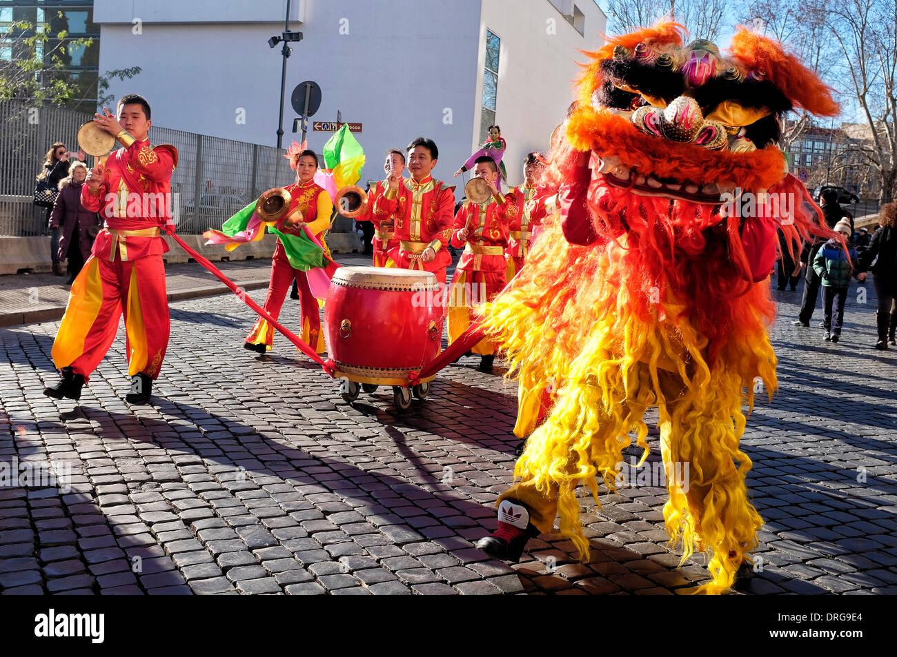 Rome, Italie 25 janvier 2014 Artistes Célébrez le Nouvel An chinois sur la Piazza Augusto Imperatore. Selon le calendrier chinois, c'est l'année de l'horse Crédit: Fabrizio Troiani/Alamy Live News Photo Stock