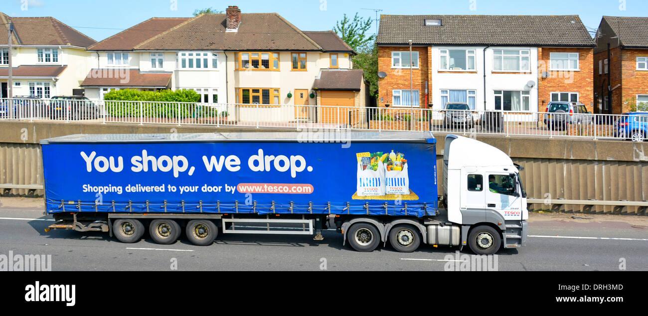 Maisons à proximité A12 à deux voies, avec la circulation des camions lourds poids lourds bruyants Photo Stock