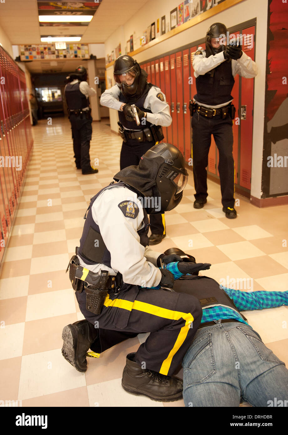 Les agents de police de la GRC prennent part à un exercice d'entraînement de la menace de SWAT, IRT et tactique, intervention dans une école secondaire. Photo Stock