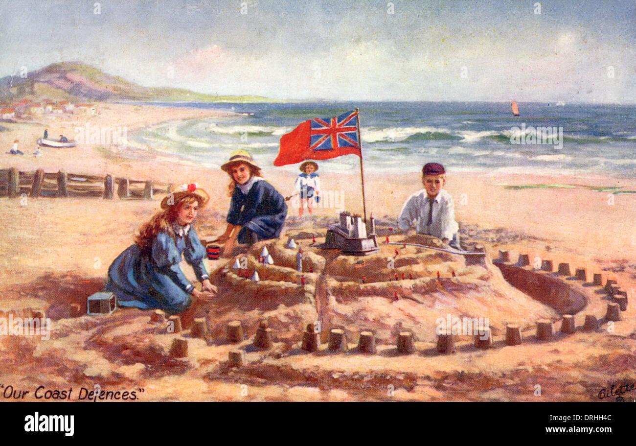 Les enfants à construire un château de sable fantastique Photo Stock