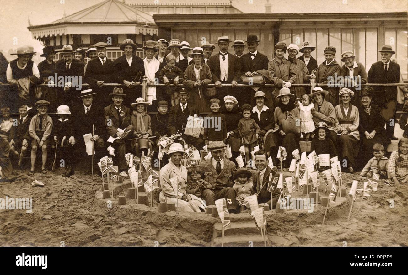 Vacanciers et Sandcastle fantastique Photo Stock