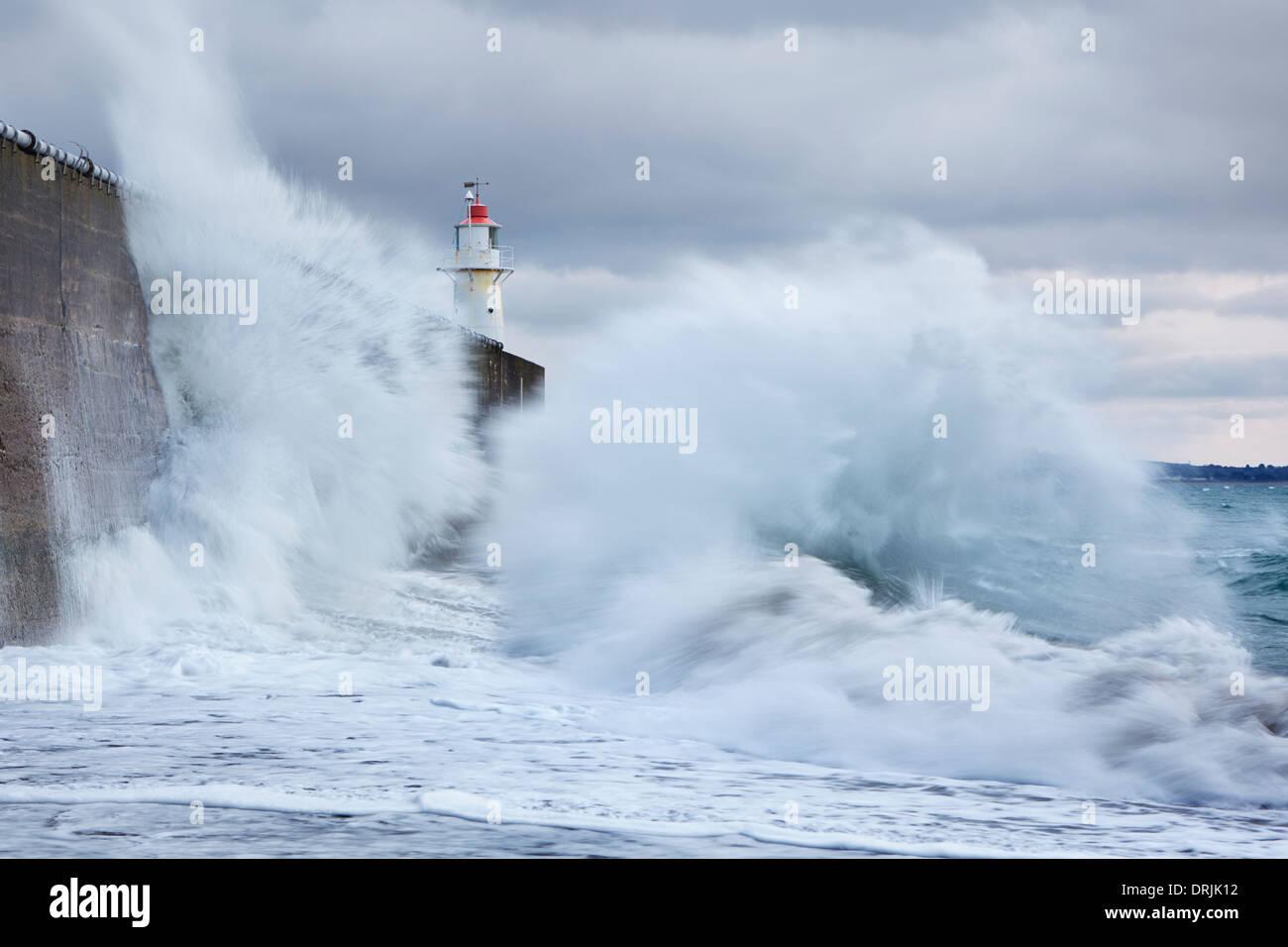 De grosses vagues en collision dans la mer mur à Newlyn Photo Stock