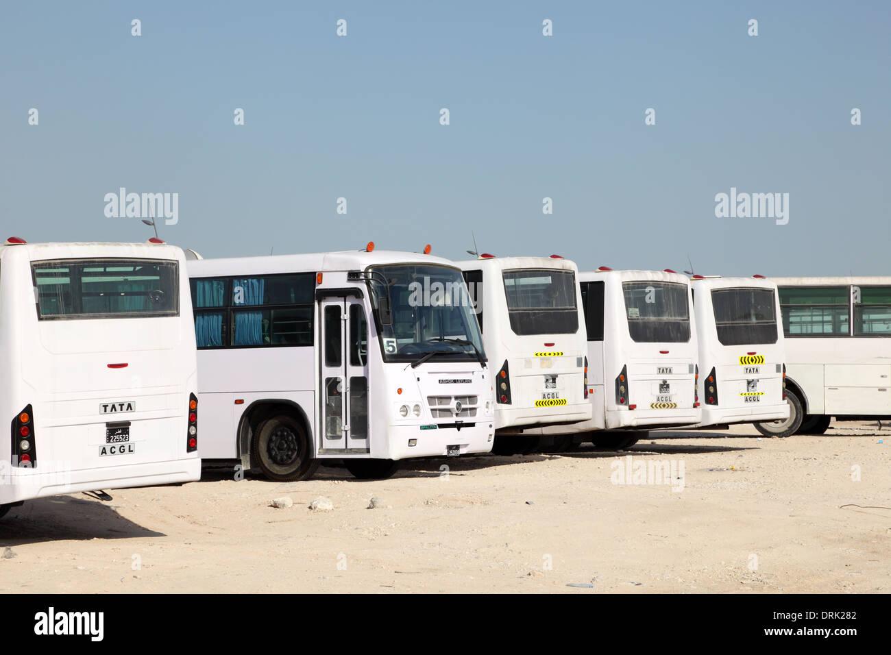 des bus pour le transport des travailleurs sur les chantiers de construction doha au qatar. Black Bedroom Furniture Sets. Home Design Ideas
