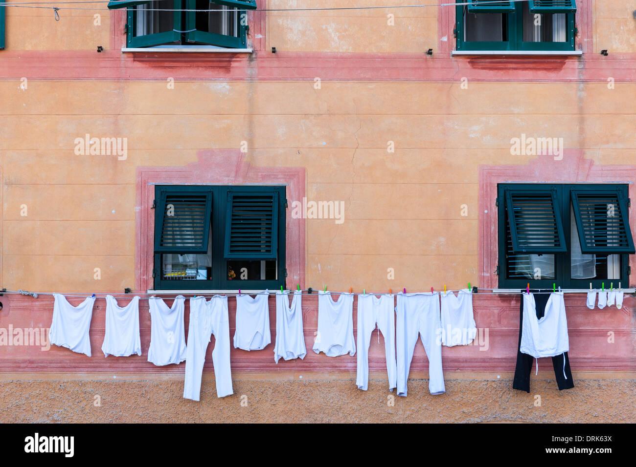 L'Italie, Ligurie, Santa Margherita Ligure, Blanchisserie sur corde à la maison Photo Stock