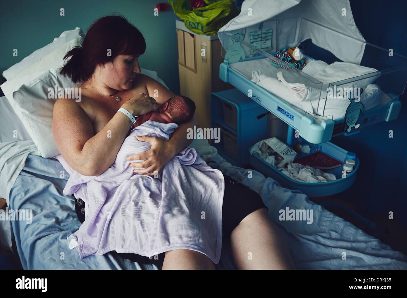 Une mère a établi l'allaitement avec un nouveau né sur une maternité Photo Stock