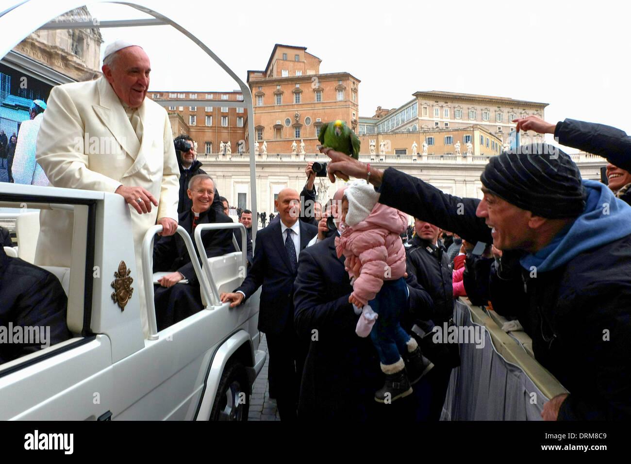 St.Peter's square, Vatican, Rome. 29 janvier 2014. Audience Générale 29/01/2014 Le Pape François est offert un crédit: perroquet Realy Easy Star/Alamy Live News Photo Stock