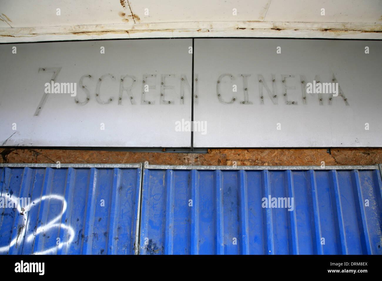 Façade de abandonné cinéma multiplexe. Photo Stock