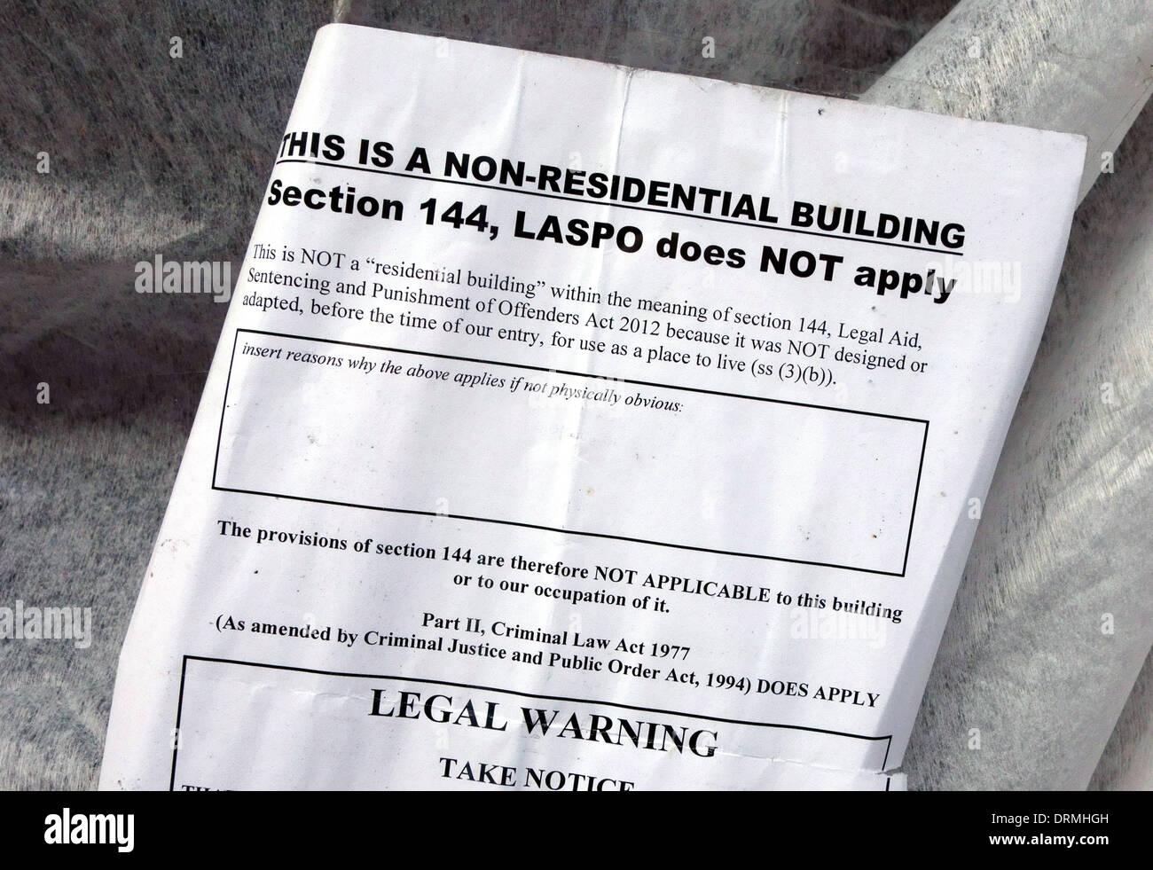 Avis juridique dans la fenêtre du squat dans la construction non résidentielle, Londres: anti-squatting law ne s'applique pas aux locaux commerciaux Photo Stock