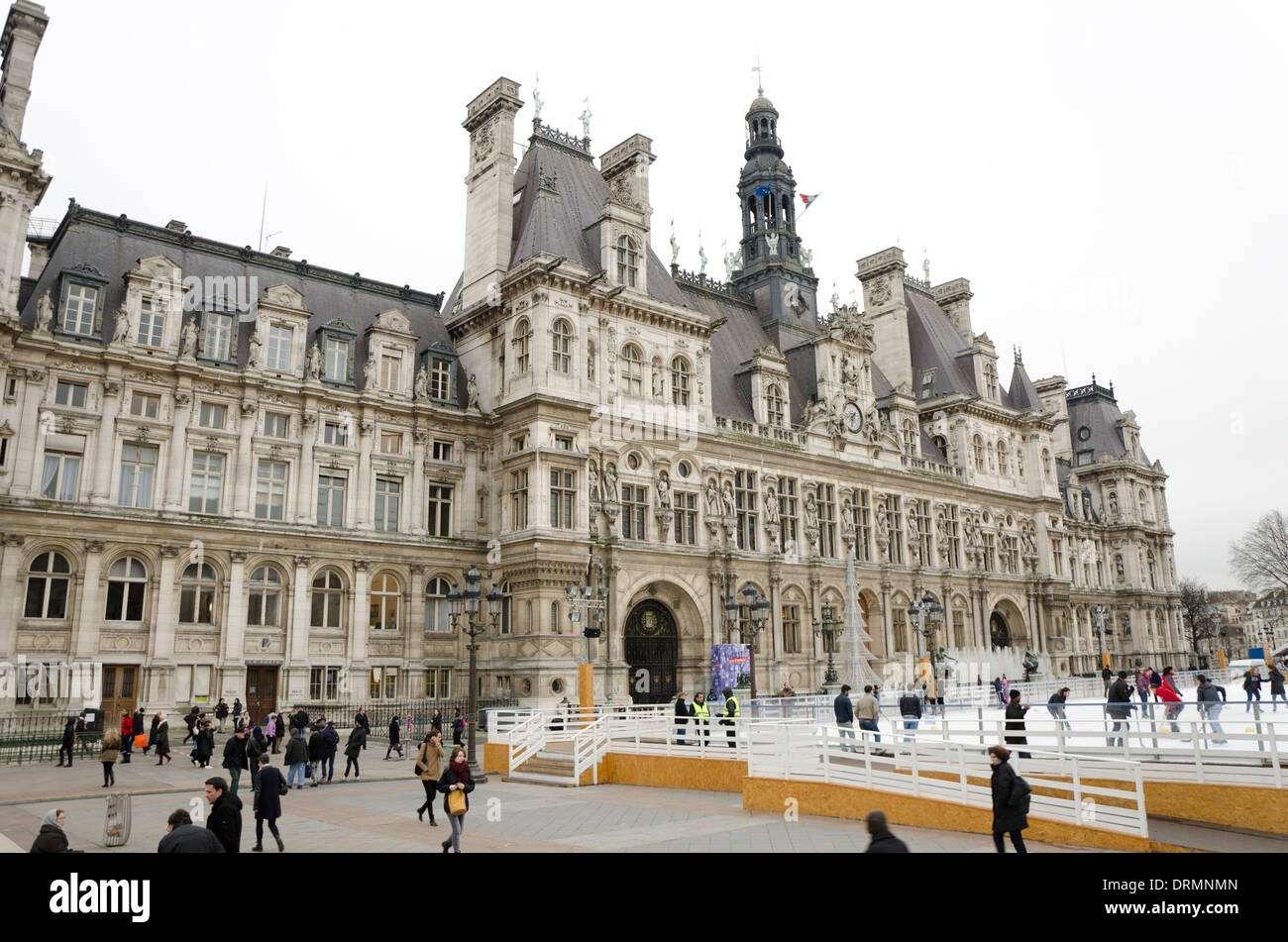Hôtel de Ville en hiver, avec patinoire saisonnière à Paris, France. Banque D'Images