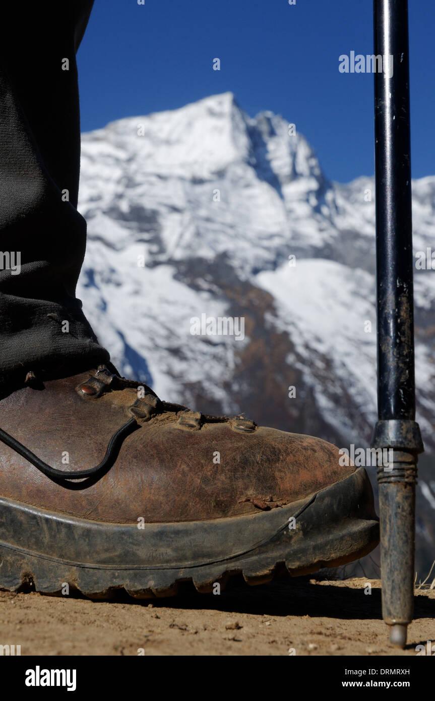 Un trekkeurs bottes et les jambes sur le camp de base de l'everest trek dans l'Himalaya Photo Stock