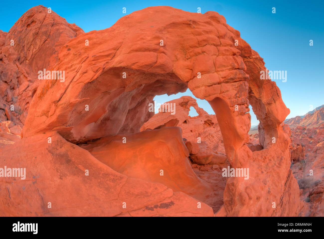 Passage de bretzel, Vallée de Feu Park, Nevada, encadrement un autre arch Photo Stock