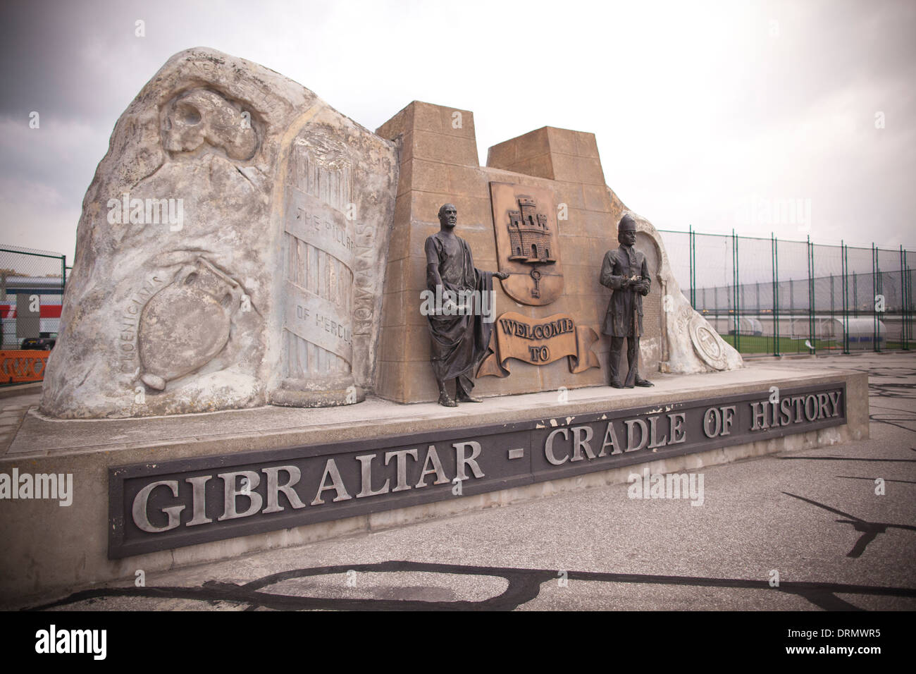 Berceau de l'histoire. Gibraltar monument à la forme de la roche à l'entrée à Gibraltar, territoire d'outre-mer du Royaume-Uni. Photo Stock
