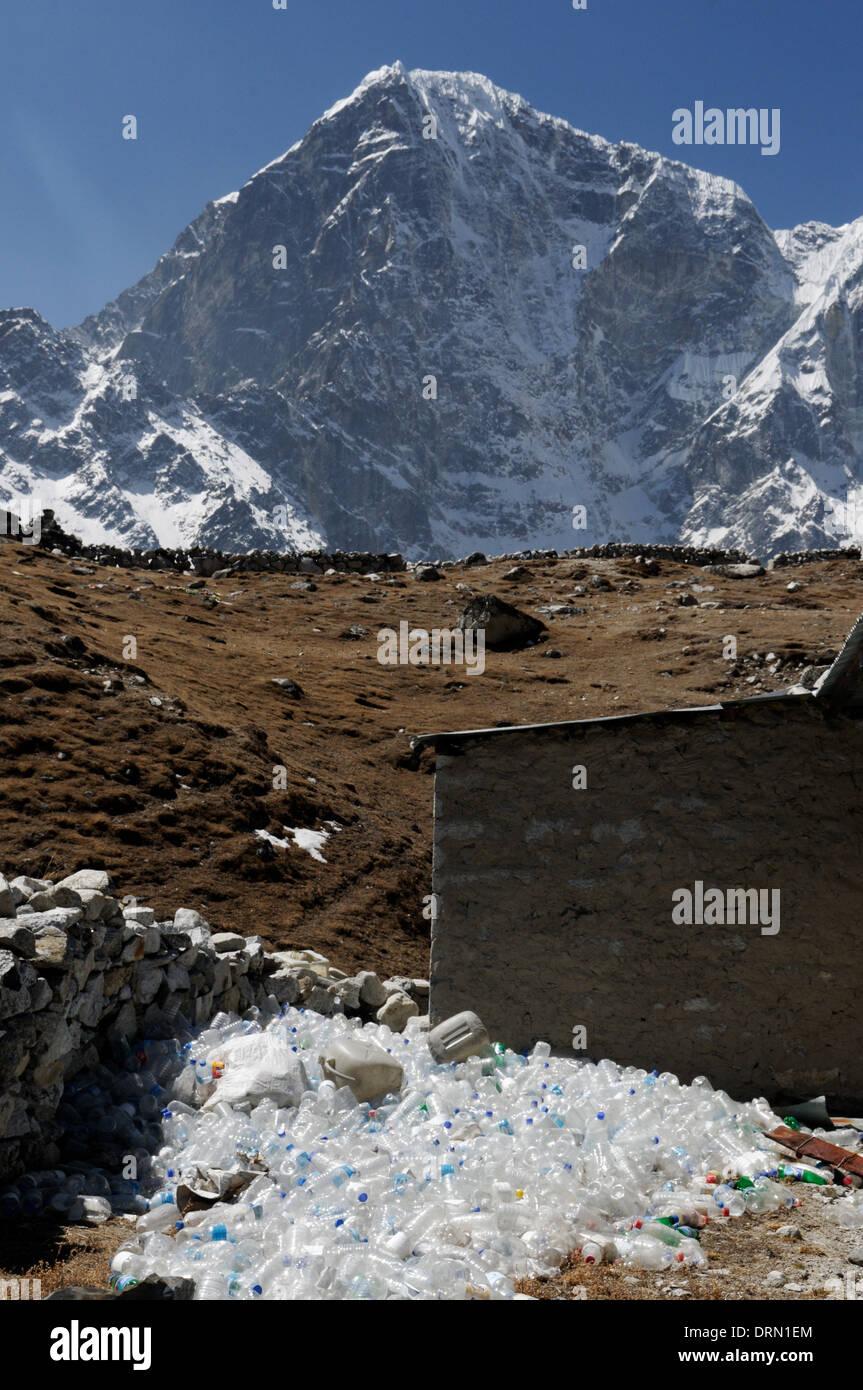 Les bouteilles en plastique problème à une maison de thé sur le camp de base de l'Everest trek Photo Stock