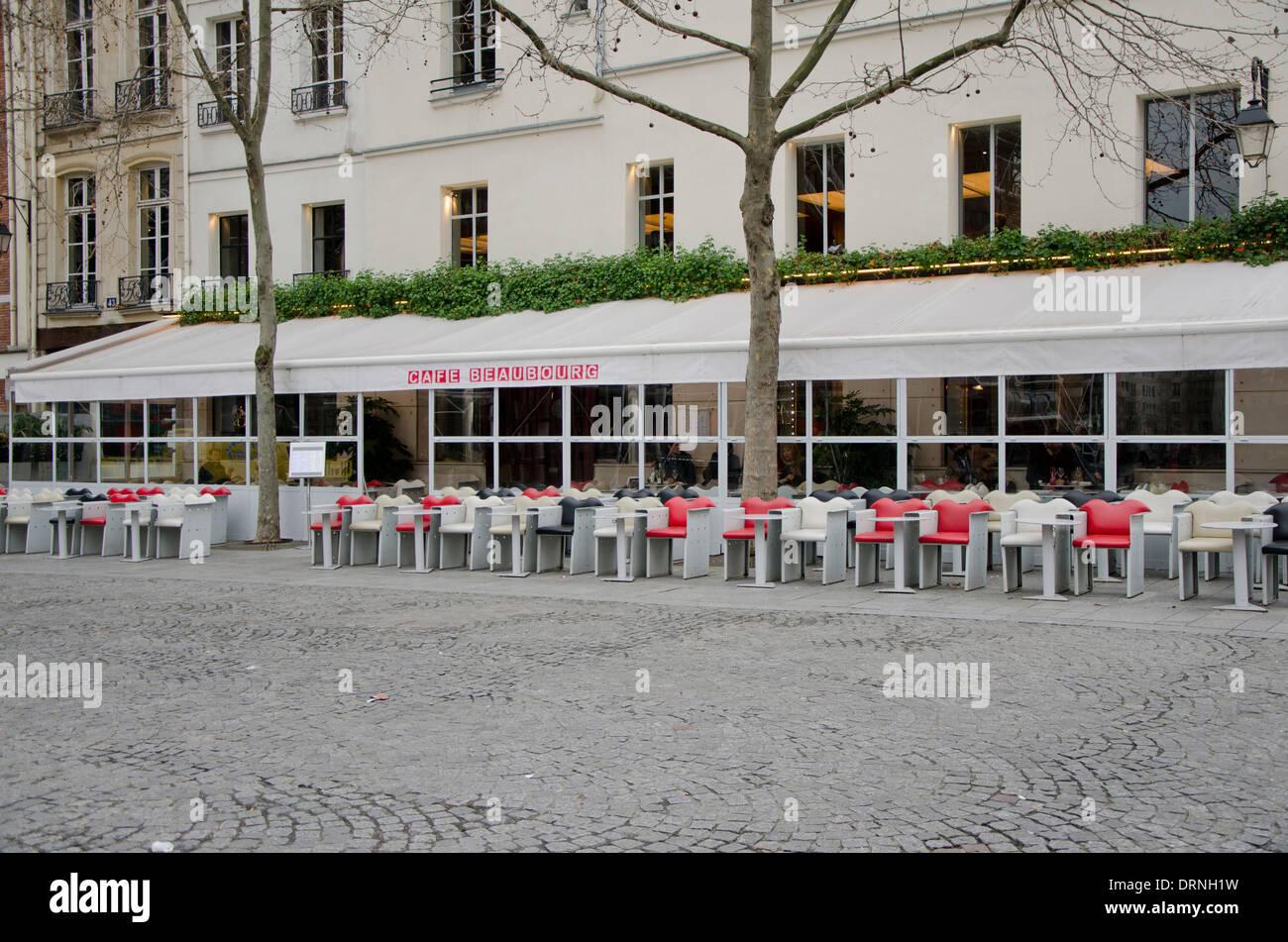 Terrasse du café Beaubourg vide en face de centre Pompidou dans le Marais, Paris, France Banque D'Images