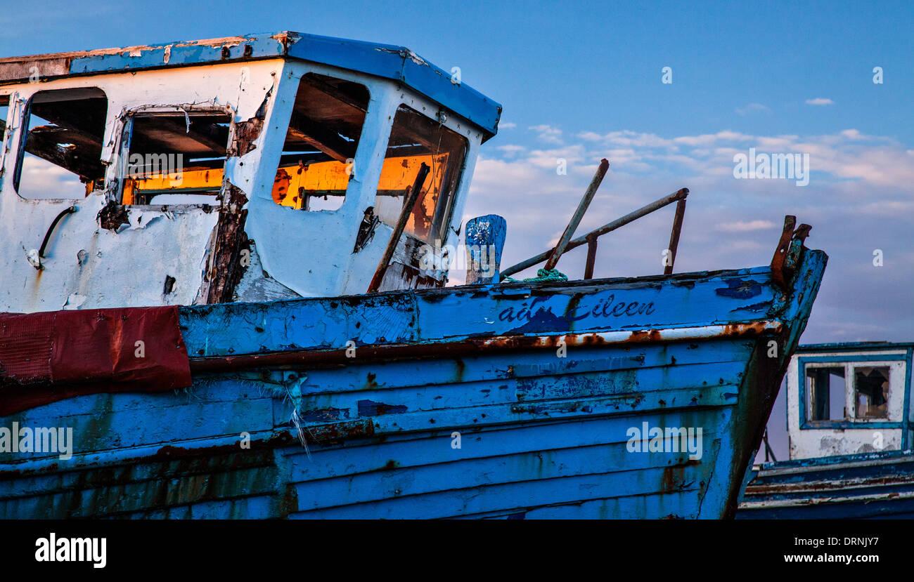 Lumière du soir sur un vieux bateau de pêche, Killala, Comté de Mayo, Irlande. Photo Stock