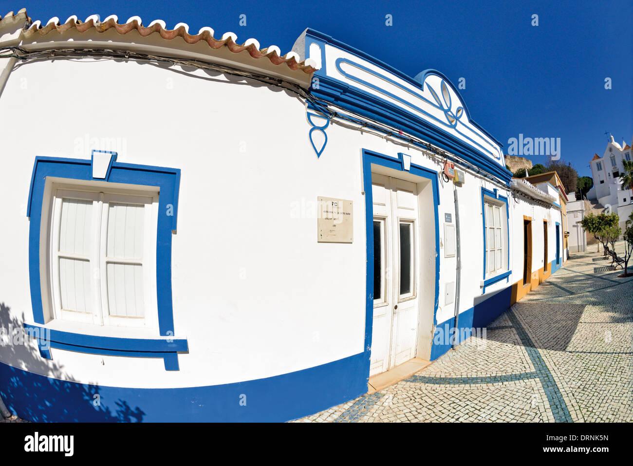 Le Portugal, l'Algarve: l'architecture typique de l'algarve à Praca 1 de Maio à Castro Marim Photo Stock