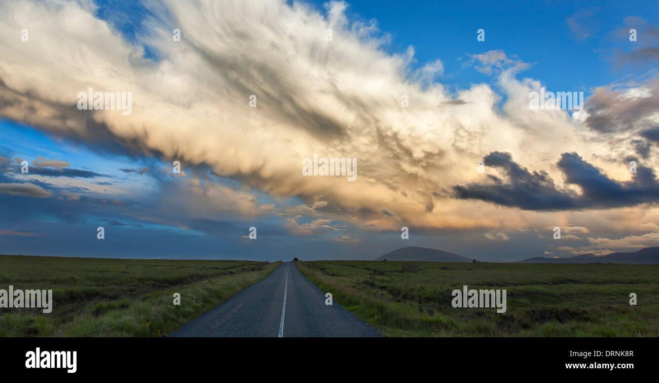 Route de campagne à distance à travers le bogland de Ballycroy National Park, dans le comté de Mayo, Irlande. Photo Stock