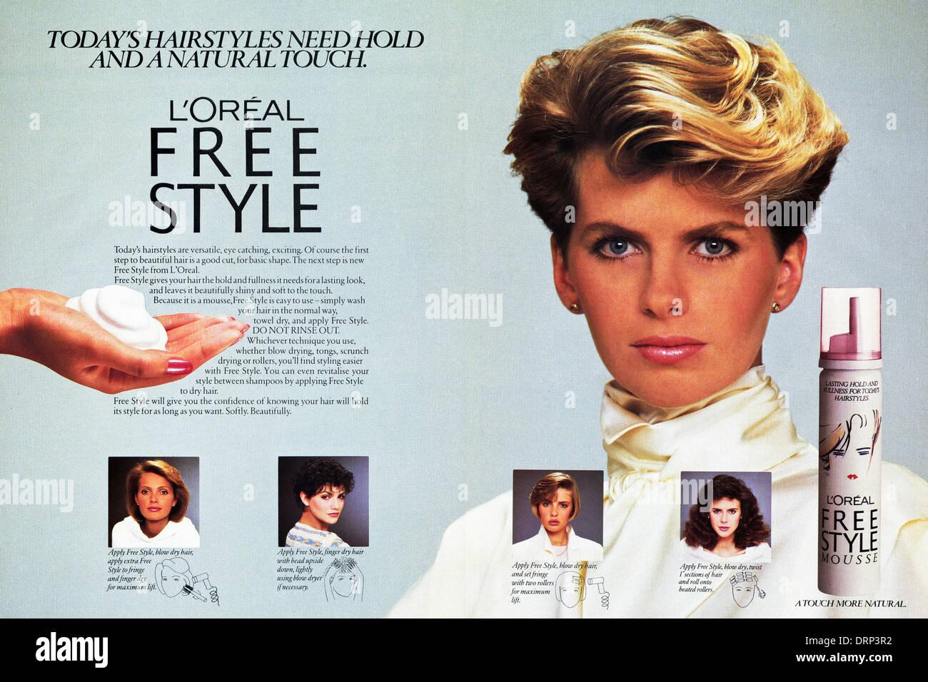 1980 magazine de mode double page publicitaire L'OREAL MOUSSE DE STYLE LIBRE pour les cheveux, une pub vers 1983 Photo Stock
