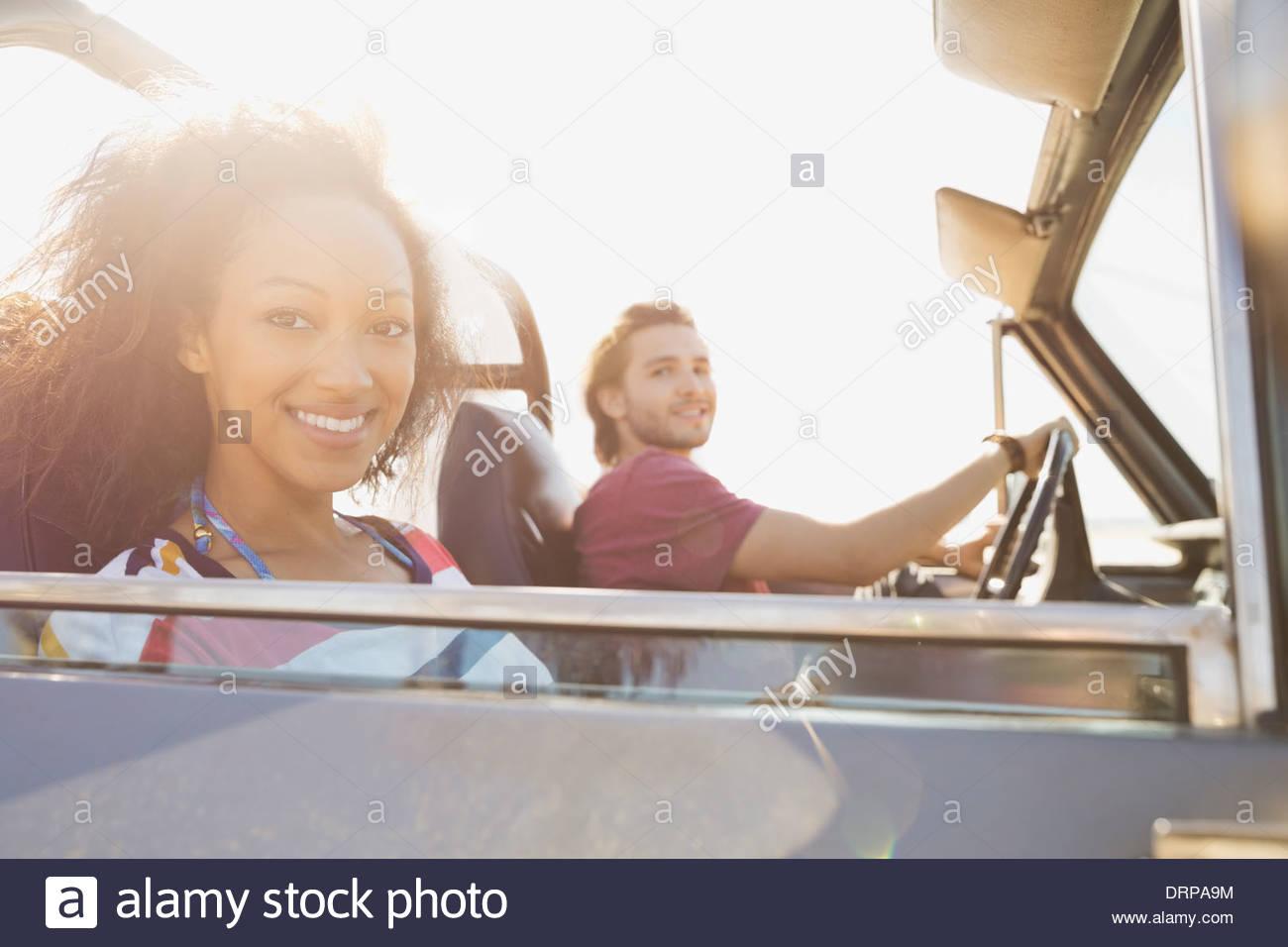 Femme avec copain on road trip Photo Stock