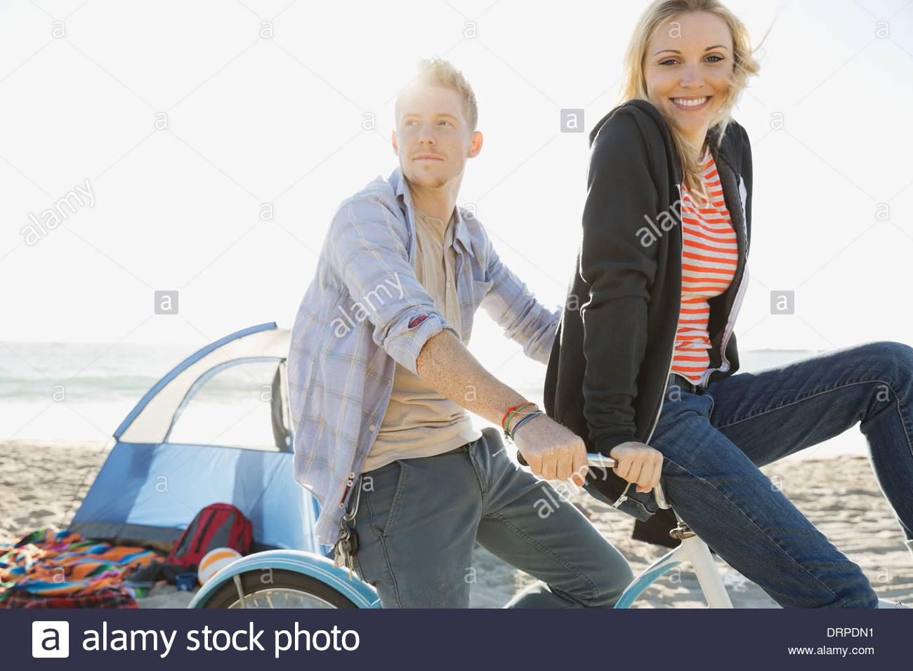 Randonnée à vélo sur la plage de couple Photo Stock