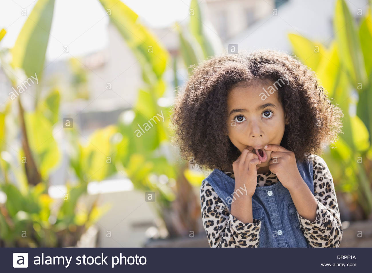 Portrait of cute girl making faces à l'extérieur Photo Stock